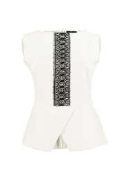 Fotografia typu duch -biała bluzka z koronką