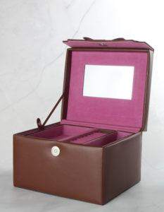 Packshot szkatułki na biżuterie na białym marmurku