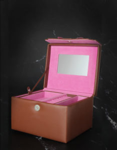 Packshot szkatułki na biżuterie na czarnym marmurku