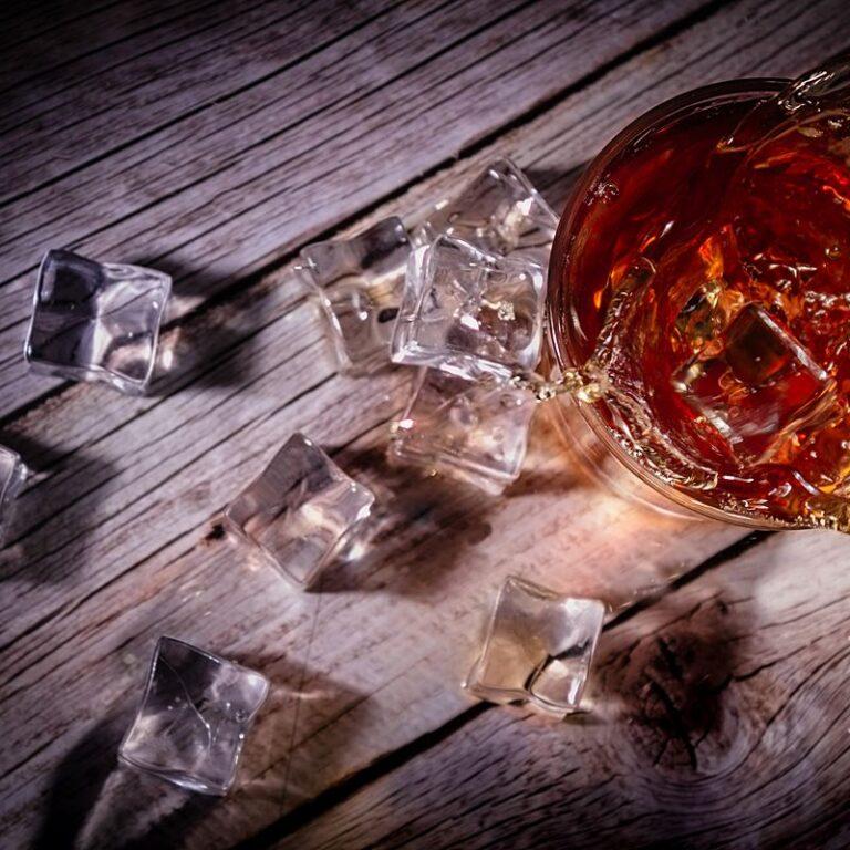 Fotografia reklamowa, splash - szklaneczka whisky